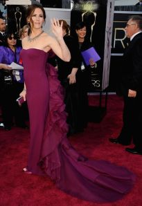 jennifer_garner_maroon_frilly_bustle_oscars_2013_red_carpet_18ildu2-18ile0g